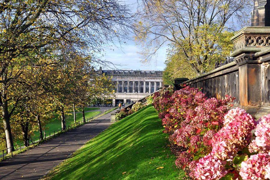 Die Princes Street Gardens in Edinburgh koennen im Rahmen unserer Bahnreise durch Schottland besichtigt werden.