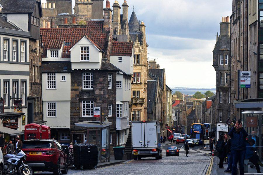 Die Royal Mile in Edinburgh koennen Sie auf und ab laufen auf der individuellen Wander-Bahnreise Schottland.