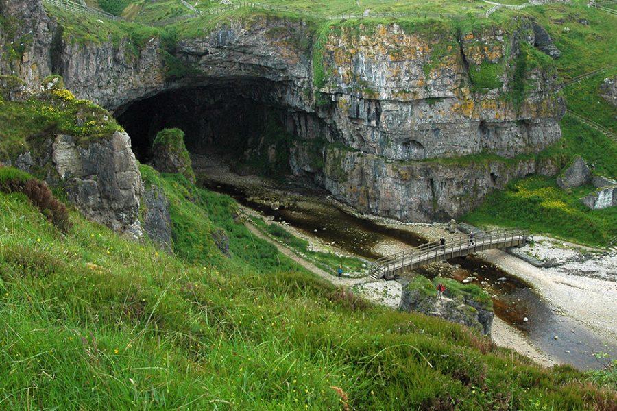 Smoo Cave ist eine Hoehle im Norden Schottlands, die per Auto Rundreise angefahren werden kann.