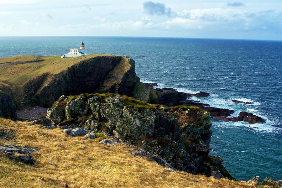 Der Old Man of Stoer kann waehrend einer Rundreise durch Schottland im Auto besichtigt werden.