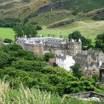 Stadtfuehrungen durch Edinburgh beinhalten immer den Holyrood Palace.